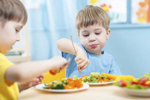 i bambini mangiano le verdure al nido